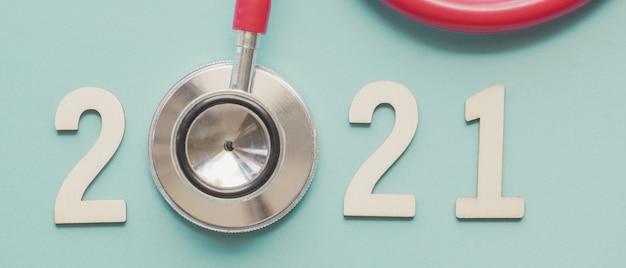 Numero in legno con stetoscopio rosso. buoni propositi per la salute del nuovo anno
