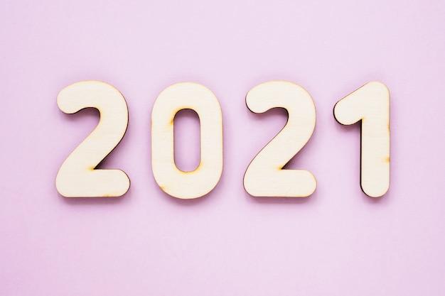 Numeri in legno 2021 su sfondo rosa