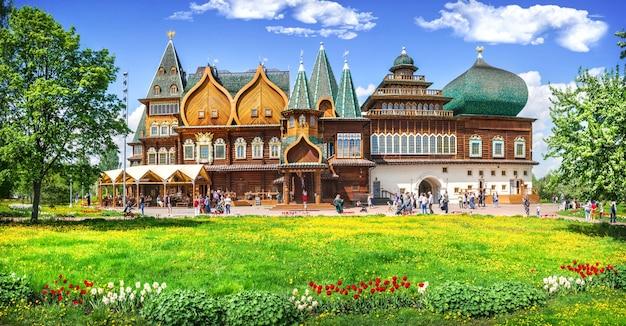 Palazzo di legno di alexei mikhailovich a kolomenskoye a mosca in una giornata di sole estivo