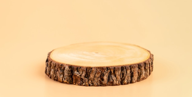 Piedistallo in legno sulla parete arancione, spettacolo per prodotti cosmetici.