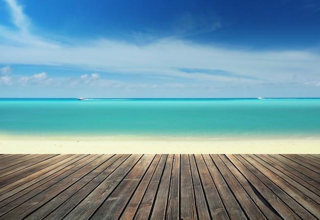 Molo in legno sulla spiaggia