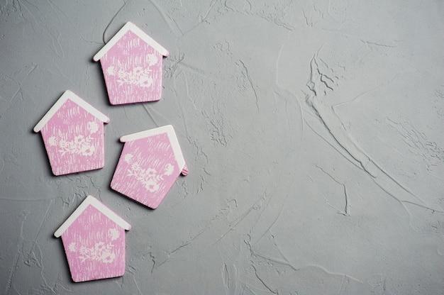 Giocattoli di case in legno rosa