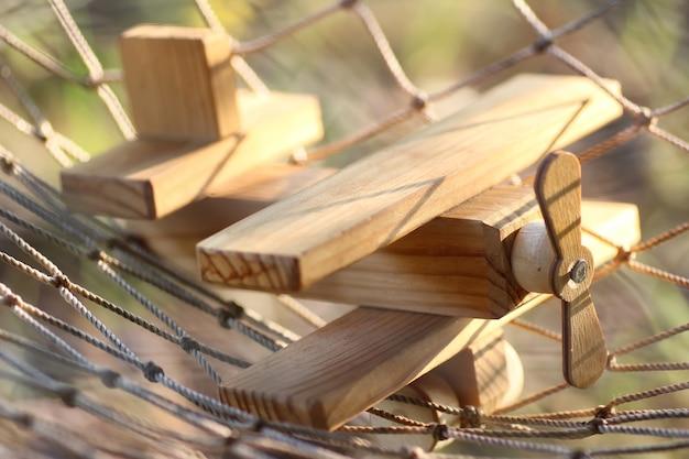 Piano di legno a terra all'aperto