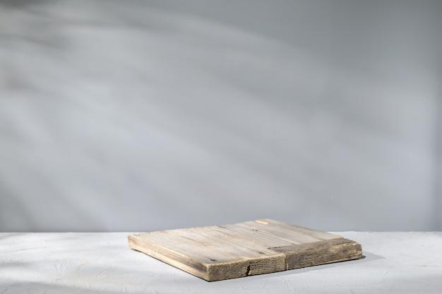 Tavola di legno su superficie grigia con illuminazione naturale