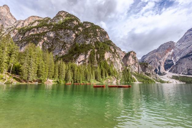 Imbarcazioni da diporto in legno sul famoso lago di braies