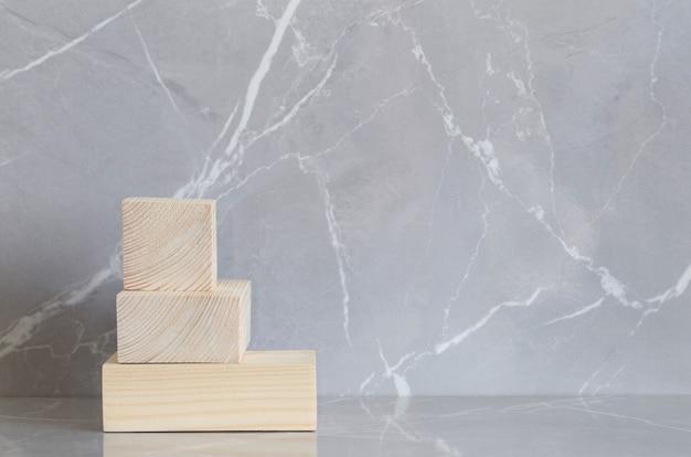 Podio in legno su sfondo di marmo grigio