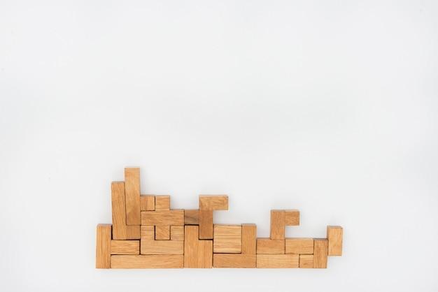 Pezzi di un puzzle in legno come sfondo
