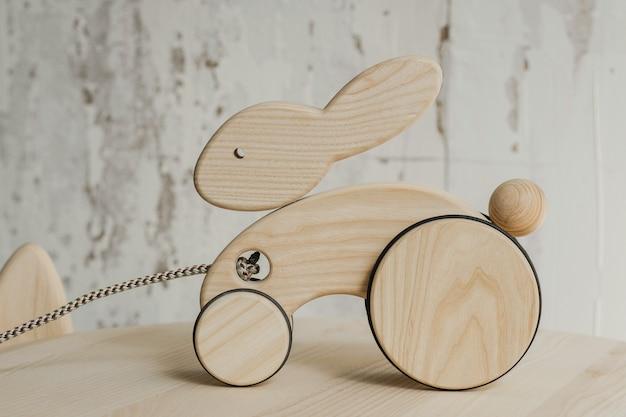 Coniglio in legno su ruote di faggio sul tavolo