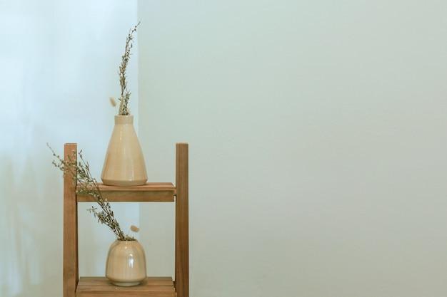 Cremagliera in legno con decorazione vaso di piante essiccate a casa con spazio copia, interni minimalisti