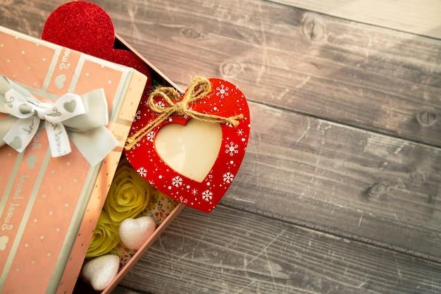 Cuore rosso in legno con posto per foto in confezione regalo
