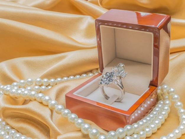 Scatola per anelli in legno per matrimonio o giorno di san valentino
