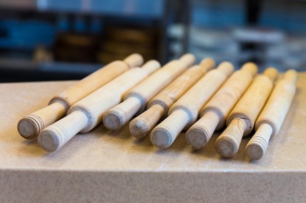 Mattarello di legno sul primo piano del tavolo. attrezzatura per fare la pizza