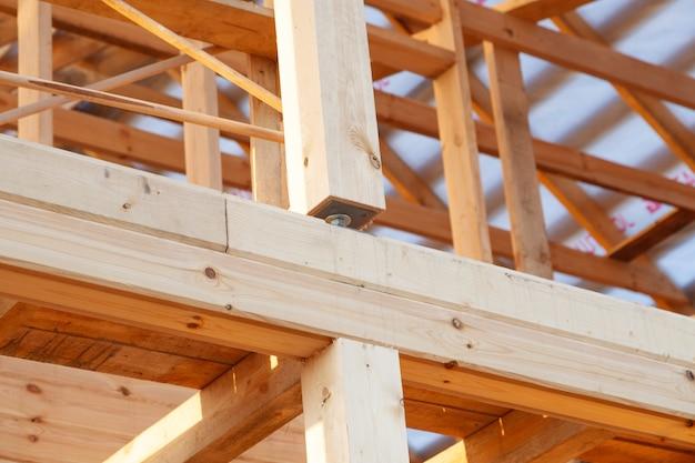 Telaio del tetto in legno e parete da costruzione di case in legno