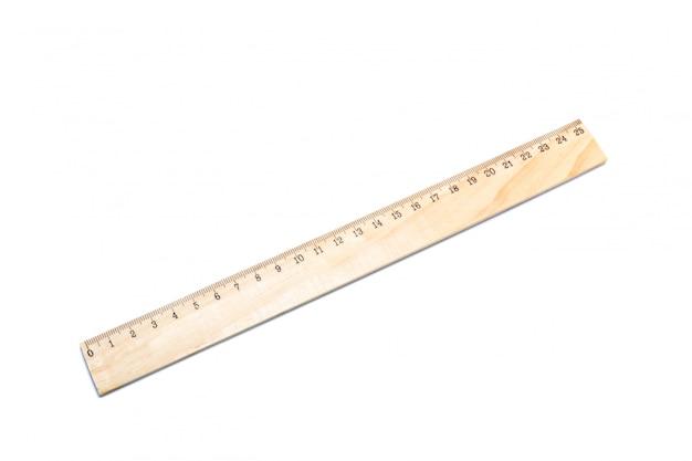 Righello di legno isolato su uno sfondo bianco