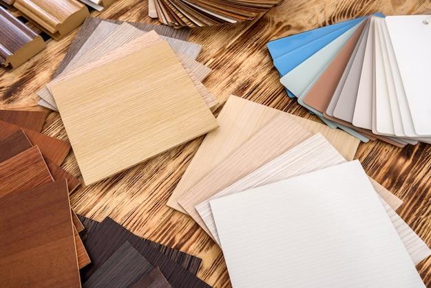 Campionatore in legno di diversi colori sul tavolo