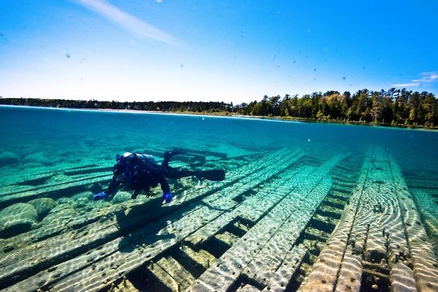 Una goletta di legno distrutta da un subacqueo