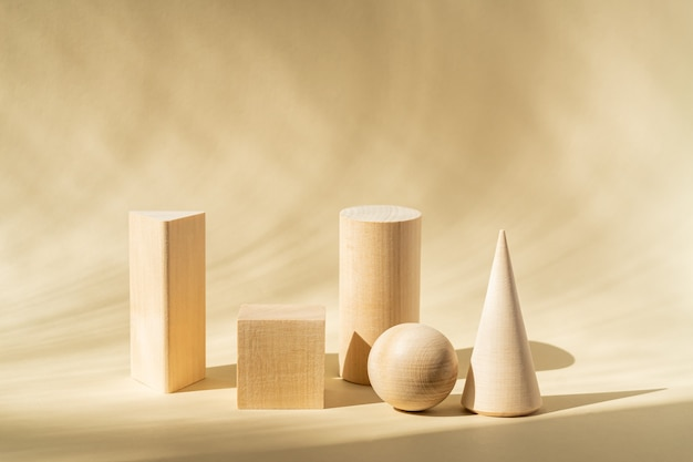 Forme in legno su una superficie beige