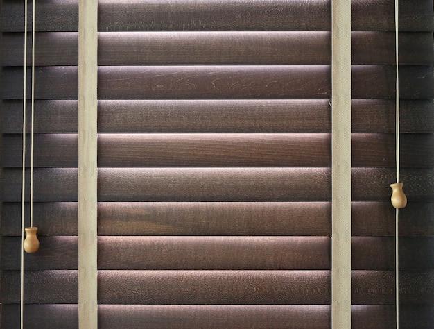 Persiane in legno sulla finestra
