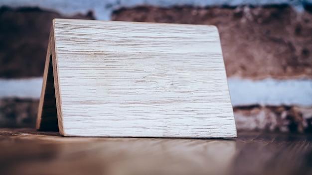Cartello in legno riserva sul ristorante tavolo in legno sfondo, vicino, concetto di immagine,