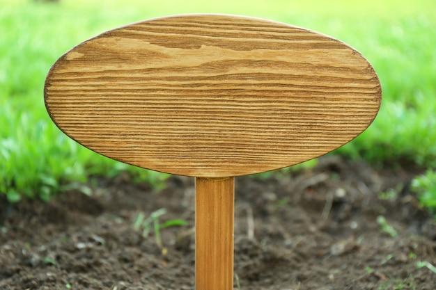 Cartello in legno su erba, all'aperto