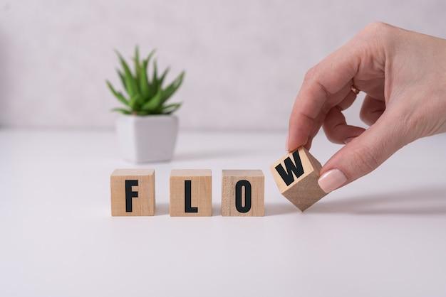 Piccoli cubi di legno con lettere isolate su bianco con lo spazio della copia disponibile