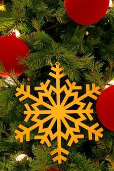 Ornamento in legno del fiocco di neve in un albero