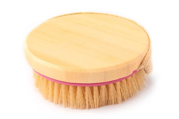 Spazzola in legno morbida per il corpo con un campo pulito per il tuo design. sfondo bianco