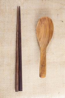 Cucchiaio di legno e bacchette.