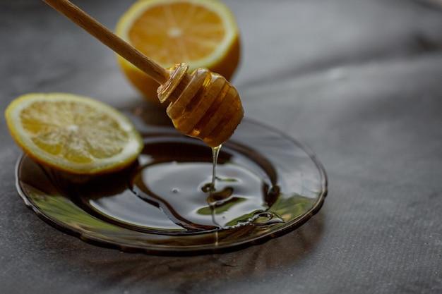 Cucchiaio di legno di miele con limone