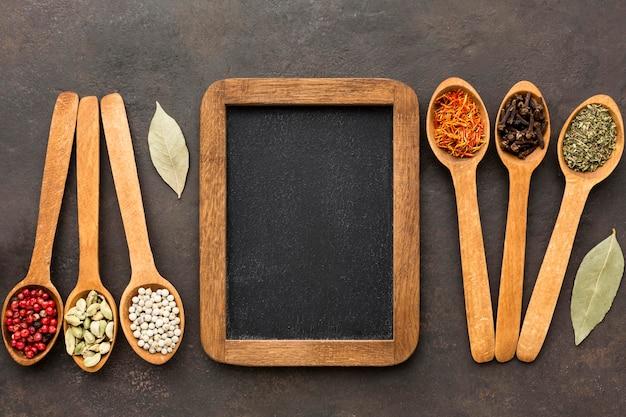 Cucchiaio di legno con spezie con lavagna