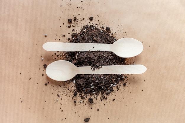 I cucchiai di legno si decompongono nella terra, ecologia contro plastica