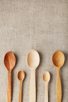 Cucchiai di legno realizzati in legno naturale su tessuto di juta come artigianato. materiali naturali naturali. prendersi cura dell'ambiente
