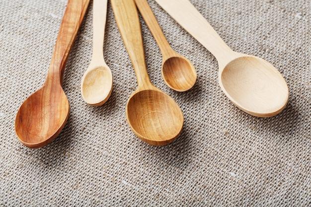 Cucchiai di legno realizzati in legno naturale su tessuto di juta come artigianato.