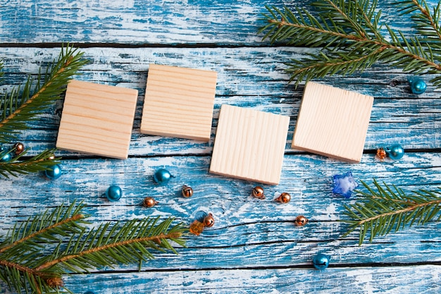 Piazze di legno per la tua data capodanno vista dall'alto sfondo blu ramo di abete rosso vista dall'alto posto copia