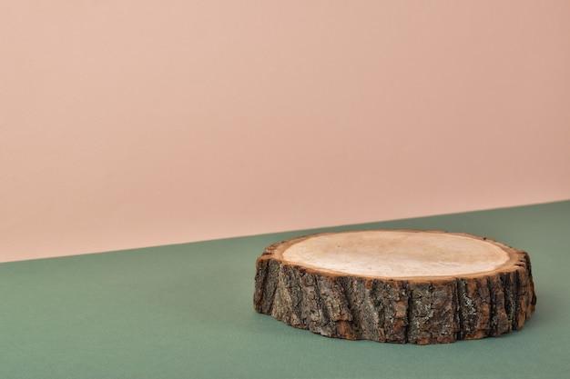 Palcoscenico in legno su sfondo naturale. scena del marchio minimalista.