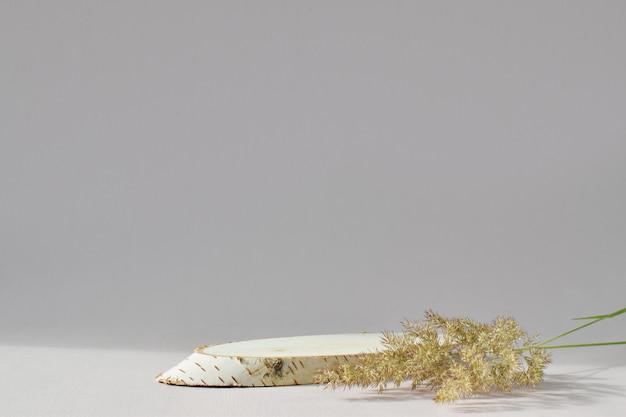 Palcoscenico in legno per la presentazione di prodotti rispettosi dell'ambiente. il podio è fatto di betulla segata con un posto vuoto. una vetrina di un prodotto naturale per il branding.