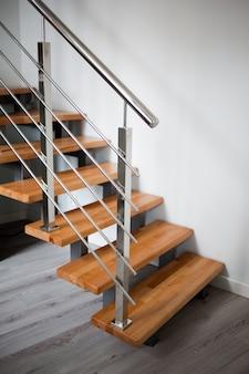 Scale in legno con corrimano in metallo