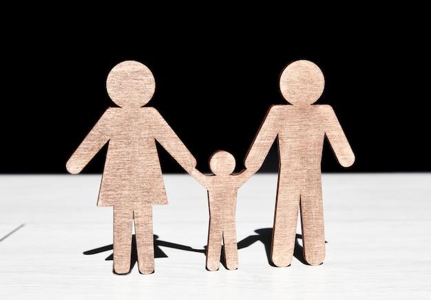 Statuette in legno di madre, padre e figlio sul pavimento di legno