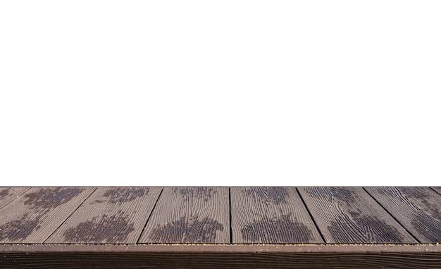 Piano del tavolo a strisce in legno con sabbia su sfondo bianco