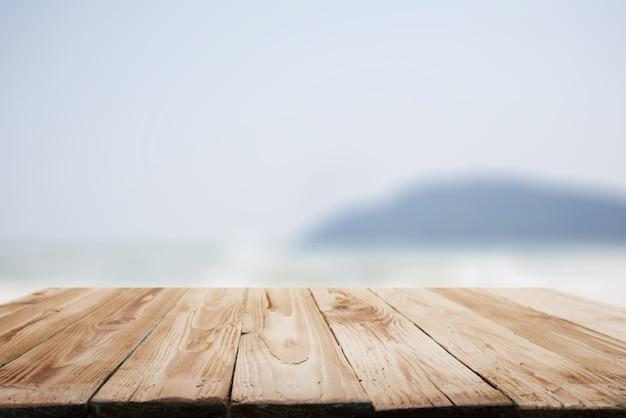 Superficie di legno sullo sfondo del cielo limpido della collina