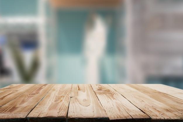 Superficie in legno su sfondo sfocato in appartamento