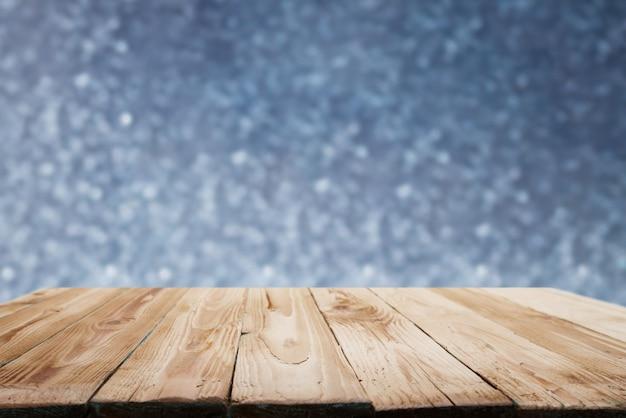 Superficie in legno su sfondo blu sfocato