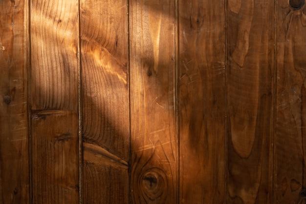Superficie in legno con un raggio di luce