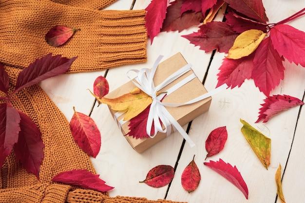 Sul tavolo di legno ci sono regali in autunno.