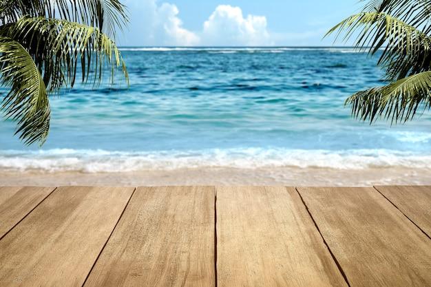 Tavolo in legno sulla spiaggia con sfondo azzurro del cielo