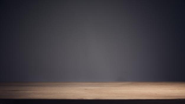 Tavolo in legno e sfondo scuro della parete