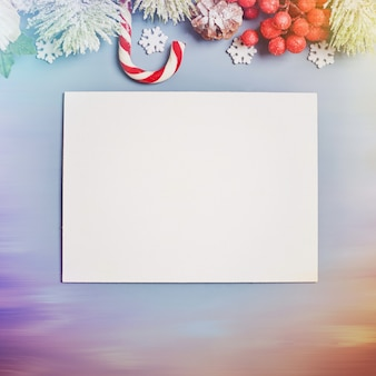 Tavolo in legno decorato con regali di natale. sfondo con copia spazio mockup. buon natale e felice anno nuovo.