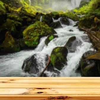 Tavolo in legno in cascate all'aperto natura luce solare display quadrato sfondo
