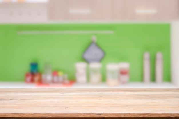 Tavolo in legno per il prodotto presente sullo sfondo bokeh.