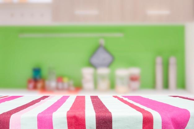Tavolo in legno per il prodotto presente sullo sfondo bokeh. Foto Premium